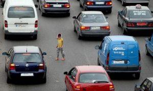 فيديو صادم لطفلة تتسوّل بين السيارات… هل من يتحرك؟