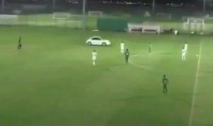 بالفيديو… مشجع يقتحم الملعب بسيارته!