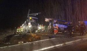بالصور: قتلى بحادث تصادم بين قطار وحافلة مدرسية في فرنسا
