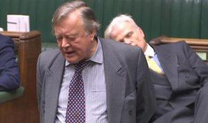 """بالفيديو… نائب """"نائم"""" في البرلمان البريطاني!"""