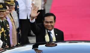 بالفيديو… طريقة مضحكة لرئيس الوزراء التايلندي للتخلص من الصحافيين!