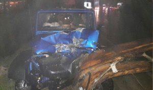 بالصورة… اصطدام سيارة بعامود على طريق بلونة