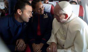 بالصور والفيديو… البابا يزوّج مضيفين على متن الطائرة