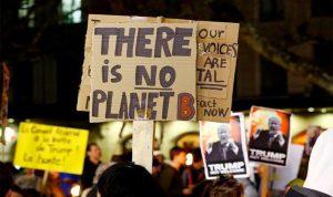 بالصور… احتجاجات شعبية تطارد ترامب في دافوس