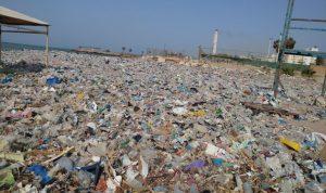 """صور كارثية من شاطئ كسروان… """"النفايات اجتاحتنا""""!"""
