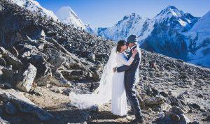 """بالصور… قالت """"نعم"""" على قمة إيفرست!"""