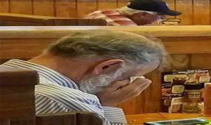 بالصورة… دموع رجل في عيد الحب