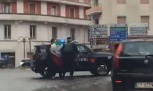 بالفيديو: رجل فتح النار على المارة في إيطاليا والشرطة تعتقله