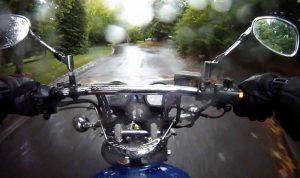 قيادة الدراجة الناريّة تحت المطر… خطر على الحياة