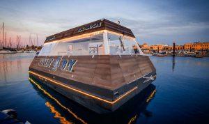 بالفيديو… المطعم العائم في دبي يطوف وسط مياه البحر!