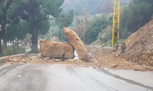 بعد الأمطار… انهيارات صخرية وفيضانات (بالصور)