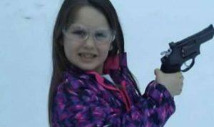 """أب يشتري لطفلته مسدسا """"لتحمي"""" نفسها بالمدرسة"""