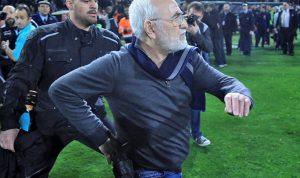 رئيس نادي باوك يقتحم الملعب ومسدسه على زنّاره!