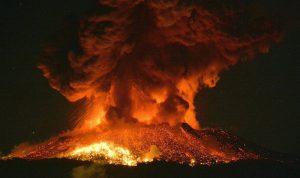 """بالصور… بركان """"جيمس بوند"""" يهدد السكان في اليابان"""