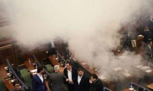 بالفيديو… غاز مسيل للدموع في برلمان كوسوفو!
