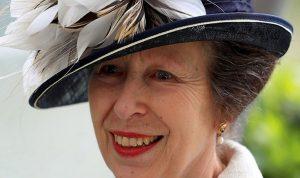 إبنة الملكة إليزابيث تفاجئ الناس بإطلالتها!