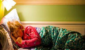 ما أضرار النوم في غرفة مضيئة؟