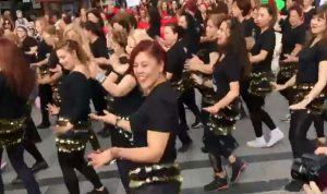 بالفيديو: رقص في شوارع كورنيش المزرعة!