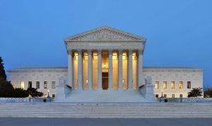 المحكمة العليا الأميركية تنظر في قرار حظر السفر