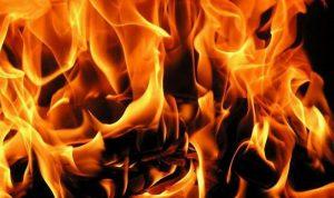 أحرق سيارة صديقه بعد أن نام في منزله