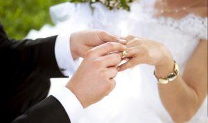 بالفيديو… هذا ما فعله عروسان على متن الطائرة!