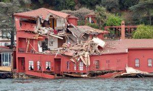 اصطدام ناقلة نفط بقصر أثري في تركيا