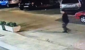 فيديو يرصد أحد الذين عمدوا الى تمزيق إطارات السيارات في الأشرفية