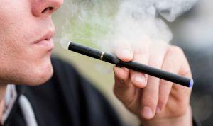 دراسة جديدة تحذر من السجائر الإلكترونية