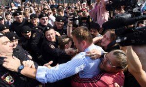 اعتقال المعارض أليكسي نافالني خلال تظاهرة ضد بوتين