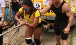 بالفيديو والصور… سحبت حافلة وزنها 22 طنا بداخلها 50 شخصا!