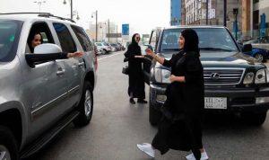 بالزغاريد والورود… المرأة السعودية لأول مرة خلف المقود (بالفيديو والصور)