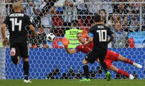 بالفيديو: ميسي يهدر ركلة جزاء وفرصة هدفه الاول!