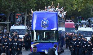 """بالفيديو والصور: """"الديوك"""" يحتفلون بكأس العالم في شوارع باريس!"""