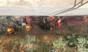 بالصور: إنقاذ عامل سقط داخلورشة بناء