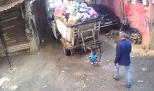 """في برج البراجنة… """"بيك آب"""" مرّ فوق طفل وهذا ما حصل! (بالفيديو)"""