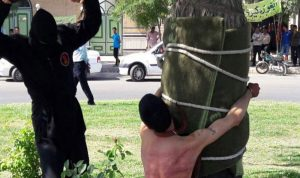 """إيران تجلد شابا بتهمة """"تناول الكحول"""" عندما كان طفلاً"""