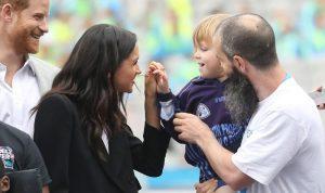 بالفيديو والصور: طفل لمس شعر ميغان ماركل… فكيف تصرّف هاري؟