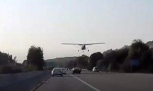 بالفيديو: طائرة تهبط اضطراريا على الطريق!