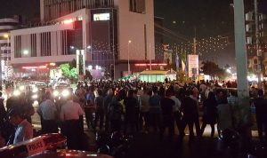 """بالفيديو والصور: تظاهرات ليلية في إيران… """"الموت للديكتاتور"""""""