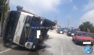 بالصور:انقلاب شاحنة على طريق عاليه