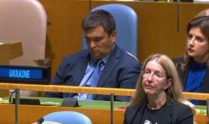 بالفيديو: وزير خارجية أوكرانيا في نوم عميق أثناء كلمة رئيسه