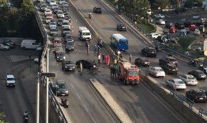 بالفيديو والصور: انقلاب سيارة واحتراقها على جسر العدلية