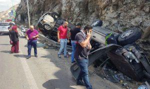 بالصور:تصادم بين سيارتين وانقلابهماعلى اوتوستراد الجية