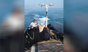 سحب مركب الصيد الذي غرق قبالة شاطئ عكار