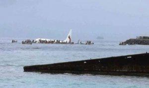 سقوط طائرة ركاب في بحيرة خلال هبوطها في المحيط الهادىء