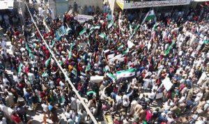 """بالفيديو: تظاهرات حاشدة في إدلب.. """"كأنها الـ2011 تعود الآن""""!"""