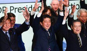 فوز رئيس الوزراء الياباني بولاية جديدة على رأس حزبه