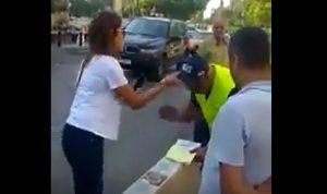 """بالفيديو: هذا ما فعلته """"سيدة فوق القانون"""" بشرطي السير في جونية!"""
