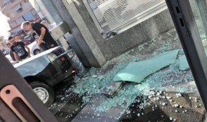 """بالصورة: سيارة تجتاح بنك """"عودة"""""""