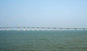 الصين تفتتح أكبر جسر بحري في العالم وهذه تكلفته
